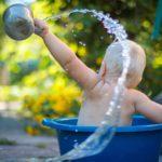 水遊びをする赤ちゃん