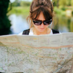 地図を見る女性
